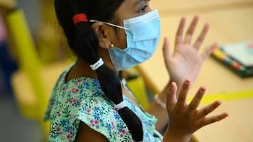 Schüler müssen außerhalb der Klassenzimmer Masken tragen
