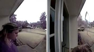 Unwetter in Louisiana: Baum explodiert: Video zeigt, wie Blitz nur wenige Meter neben Frau einschlägt