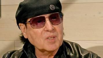 Auf langen Flügen: Scorpions-Sänger Klaus Meine trug schon vor Corona Maske