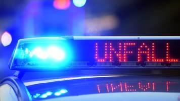 Transporterfahrer übersieht Lkw: Zwei Schwerverletzte
