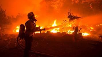 Riesiger Buschbrand in Südkalifornien breitet sich aus