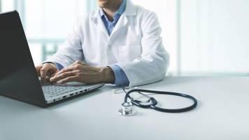 Corona: Ohne Maske kein Zutritt: Patientin beschwert sich per Google-Bewertung – Arzt antwortet schlagfertig