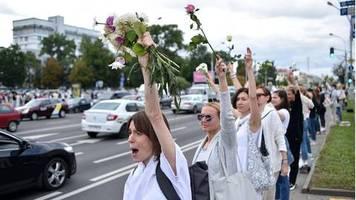 Umstrittene Präsidenschaftswahl: Weibliche Revolution in Belarus: Frauen in Weiß werden zum Symbol der Proteste