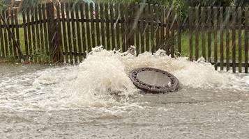Hitze-Newsblog – Überschwemmungen,  umgestürzte Bäume: Unwetter richten Schäden an