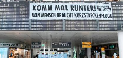 klimaaktivisten demonstrieren gegen kurzstreckenflüge