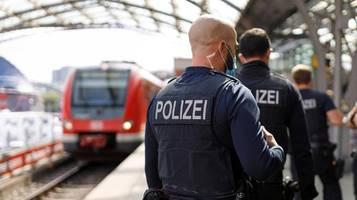auf fahrt nach hamburg: polizeieinsatz gegen 80 pöbelnde schwarzfahrer