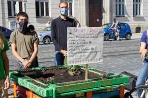 die stadt entfernt das hochbeet der klimacamp-aktivisten an der maxstraße