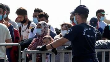 Nach Brand in Moria: Migranten gehen in großen Gruppen ins neue Lager von Lesbos
