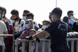 Migranten gehen in großen Gruppen ins neue Lager von Lesbos