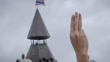 Drei Finger für die Demokratie: Großdemo in Thailand fordert Reformen