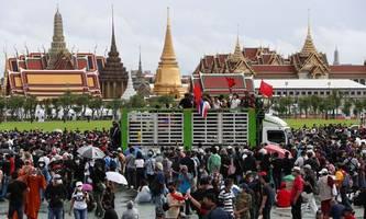 großdemonstration in bangkok: studenten fordern neuwahlen und reformen