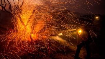 heftiges feuer: waldbrand erreicht gemeinden im süden kaliforniens