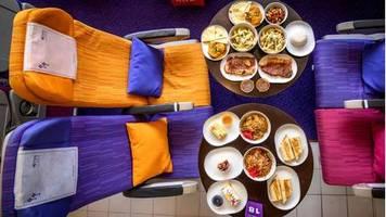 pop-up-restaurant in bangkok: thai-food gegen fernweh: hier wird flugzeug-essen auf flughöhe null serviert