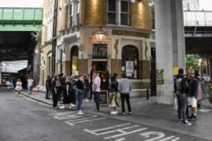 Boris Johnson kündigt an: Corona: Frühe Sperrstunde für britische Pubs und Restaurants