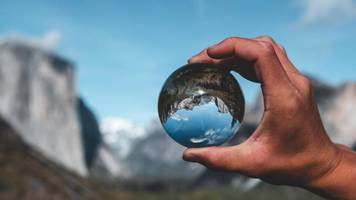 Kleine Welt in einer Kugel: So gelingen Ihnen aufregende Fotos mit Glaskugeln