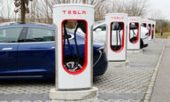neue batterien von tesla für e-autos: billiger und weiter