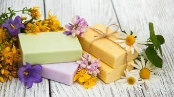 Plastikfreie Alternative: Nachhaltige Haarpflege: Darum ist festes Shampoo besser für die Umwelt als flüssiges
