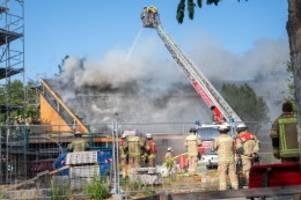 großfeuer: dach der jeremia-kirche in spandau brennt