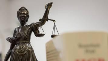 Mutter niedergestochen: Sohn schweigt im Prozess