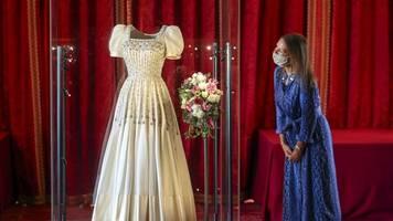 britisches königshaus: hochzeitskleid von prinzessin beatrice im museum zu sehen