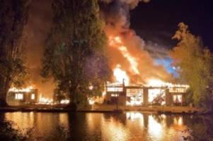 hamburg: mehrere bootsschuppen in winterhude brennen lichterloh