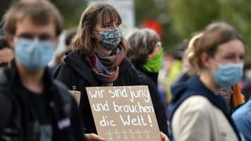 mehrere hundert menschen bei aktionen für mehr klimaschutz