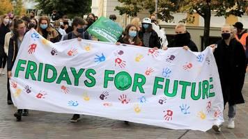 mit maske und abstand: hunderte für das klima auf der straße