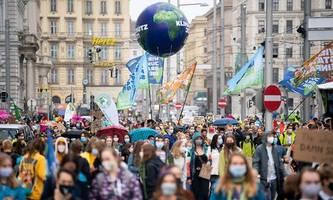demo in wien: gegen den klimawandel gibt's keine impfung