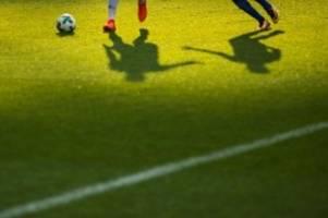 Fußball: Erhöhte Corona-Zahlen: Schalke gegen Bremen ohne Zuschauer