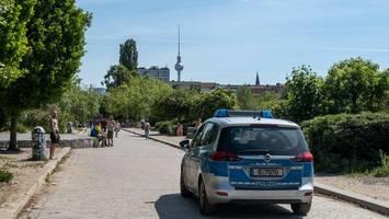 corona-news – polizei löst partys in berliner parks auf – und erntet gegenwehr