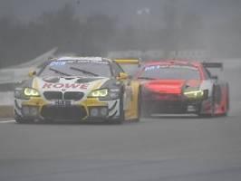 Lebensgefährliche Umstände: BMW gewinnt Klassiker-Chaos am Nürburgring