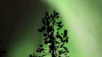 Aurora Borealis: Polarlichter erhellen stundenlang den Himmel über Finnland