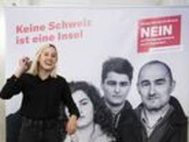 Schweizer stimmen gegen Ausländerbegrenzung