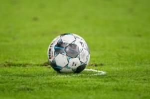 Fußball: Freiburg startet mit Santamaria: Wolfsburg rotiert munter