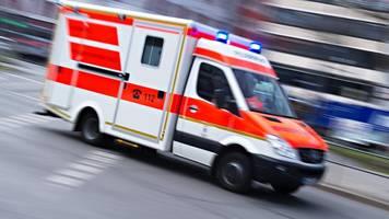 betrunkener fährt mit auto in musikkapelle: drei verletzte
