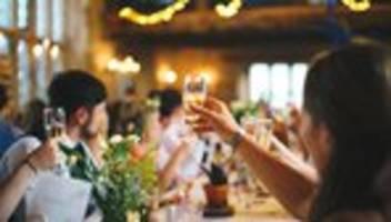Corona-Maßnahmen: Bund und Länder wollen Feiern auf 50 Menschen begrenzen