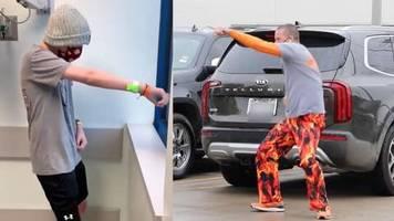 Herzerwärmendes Video: Vater darf wegen Corona krebskranken Sohn nicht besuchen – nun tanzt er vor dessen Fenster