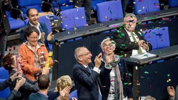 Volker Beck schenkt Schwulem Museum Ehe für alle-Konfetti