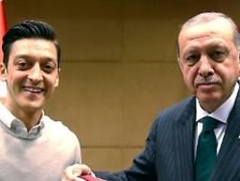 politische meinungsmache: Özil macht sich zu erdogans botschafter