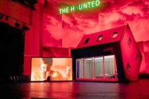 "Theaterpremiere : ""Mourning becomes Electra"" an der Volksbühne"