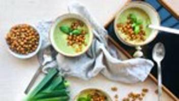 zucchini-lauch-suppe mit kichererbsen: doppelt gut für den bauch