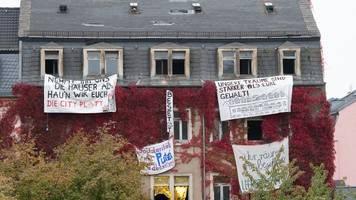 aktivisten besetzen haus in dresden: polizei prüft maßnahmen