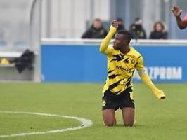 zuspruch und wut nach derbyeklat: hass gegen moukoko erschüttert fußballwelt