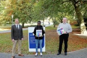 initiative: landkreis harburg verteilt willkommensmappen