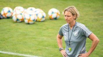 Fußball-Bundestrainerin besucht den VfB Stuttgart