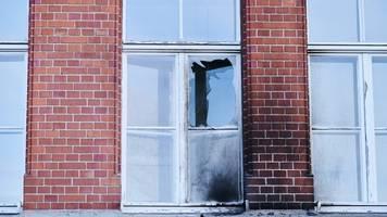 Brandsätze geworfen - Polizei: Gebäude des Robert Koch-Instituts angegriffen