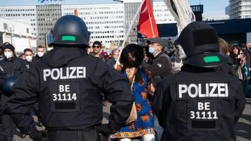 Protest in Berlin: Demonstranten gehen gegen Corona-Auflagen auf die Straße