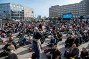 Corona-Proteste: Corona-Demos in Berlin - 50 Festnahmen, 18 verletzte Beamte