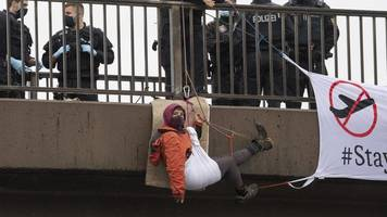 vier aktivisten kommen nach abseilaktionen in u-haft
