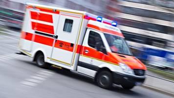 zug schiebt auto über die schienen: frau leicht verletzt